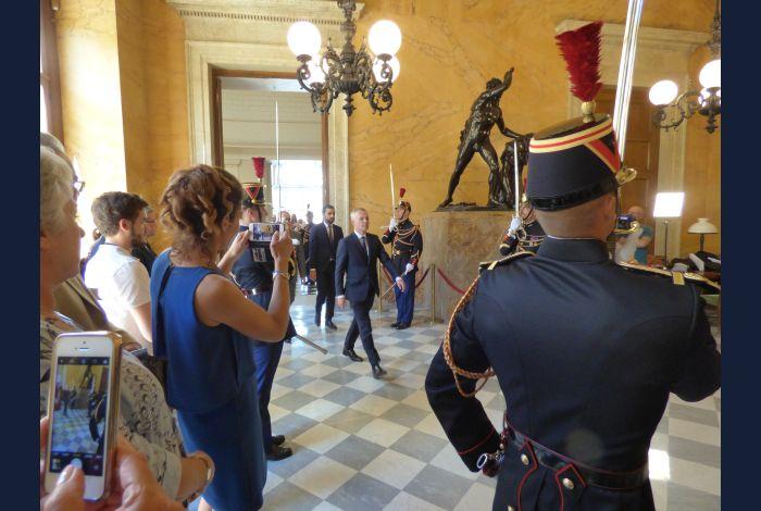19. Mr DE RUGY, Président de séance arrive dans la salle des Pas Perdus qui mène à l'hémicycle