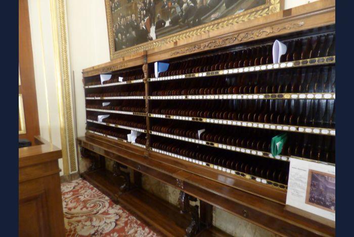 25. son piano, où les députés pouvaient déposer ou retirer des messages